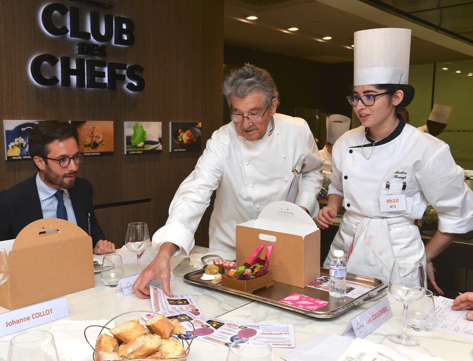 En vidéo, les gestes en cuisine de la jeune Ambre Beneyt au Trophée de l'Oeuf 2017