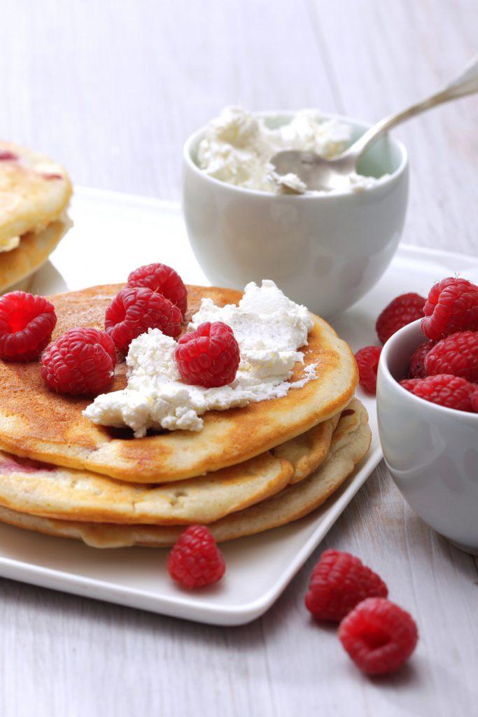 Pancakes aux framboises, crèmes fouettée à la vanille - CNPO - Adocom-RP