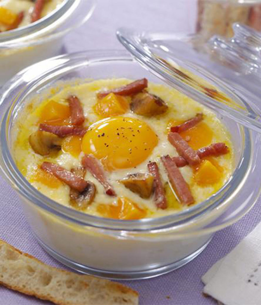 Oeuf cocotte à la crème, bacon et champignons